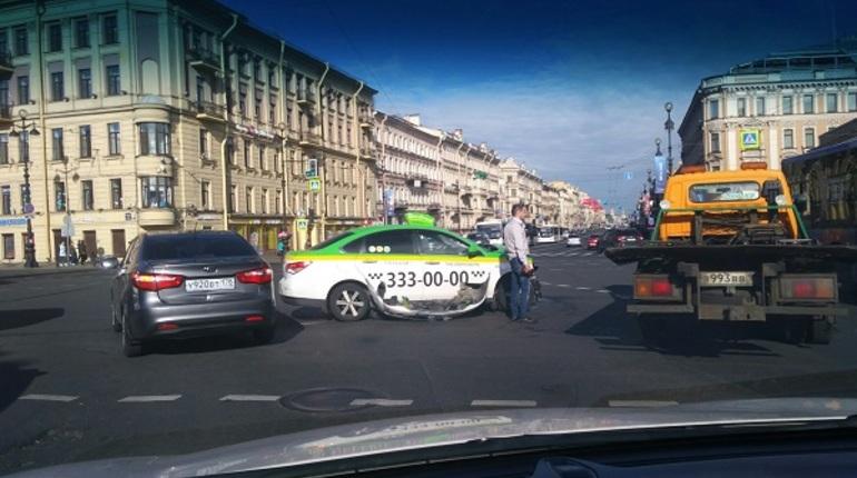 На Восстания такси оторвали бампер