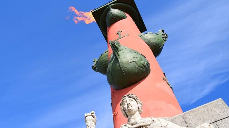 Факелы Ростральных колонн на стрелке Васильевского острова зажгут в честь праздника выпускников «Алые паруса».