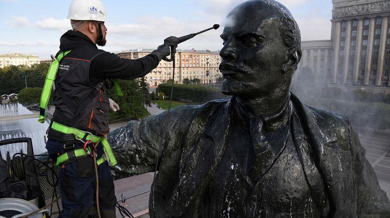 Душ, мыло и журналисты - так для памятника Ленину на Московской площади прошел