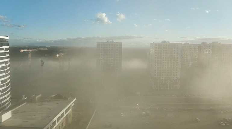 В субботу, 23 июня, на Васильевском острове в Санкт-Петербурге поднялась сильная пылевая буря. Очевидцы происшествия опубликовали видео об этом в группе