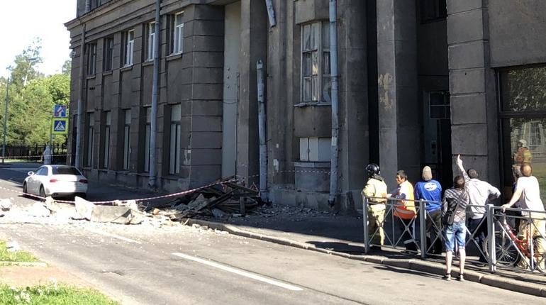 Жилинспекция проверила рухнувший балкон на Шкиперском протоке
