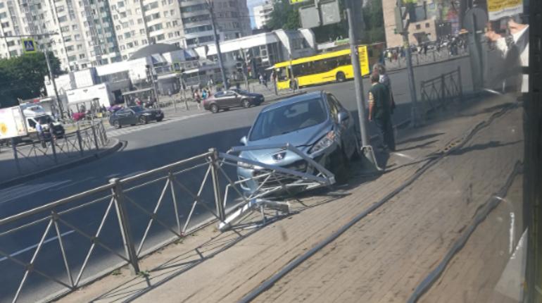 «Пежо» молниеносно влетел в ограждение у метро «Гражданский проспект»