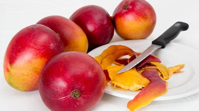 По дороге в Петербург задержали 22 тонны манго из Бразилии