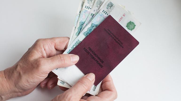 Новый вид обмана освоили любители легких денег на волне новостей о повышении пенсионного возраста. Теперь они ходят по квартирам петербуржцев с предложением подписать петицию против повышения возраста выхода на пенсию, а на деле - выманивают номер СНИЛС.