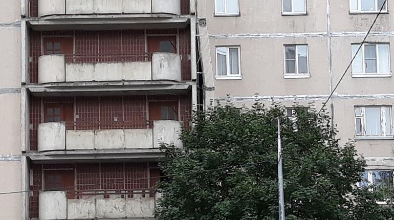 Часть жильцов дома на улице Щербакова, от которого накануне отошла плита, так и не смогла попасть в свои квартиры. Людей отправили спать в местную школу.