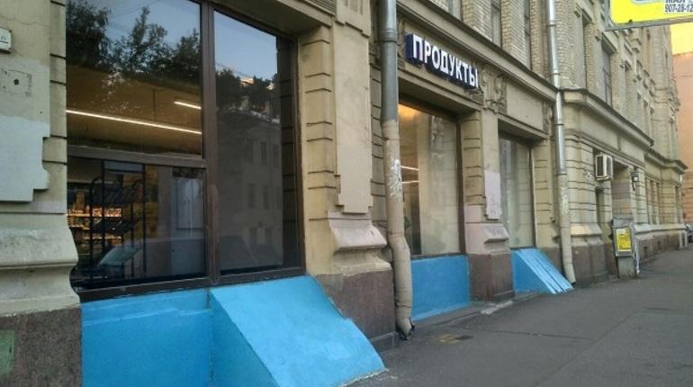 Жители Василеостровского района сегодня обнаружили, что фасад дома, который является объектом культурного наследия, решили покрасить в веселенький синий цвет.