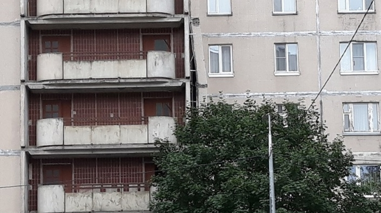 В доме на улице Щербакова, где накануне от стены отошла облицовочная панель, начались подготовительные работы. Там будут укреплять стеновые панели.