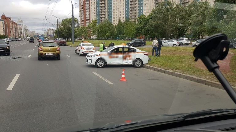 Такси помяло в ДТП на севере Петербурга