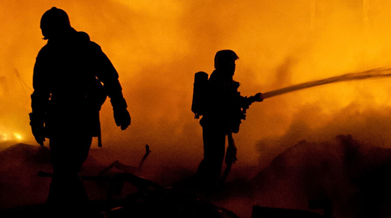 Под Петербургом час тушили охваченный огнем дом