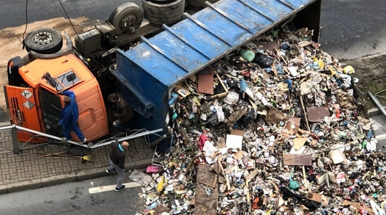 Проспект Косыгина завалило мусором после ДТП