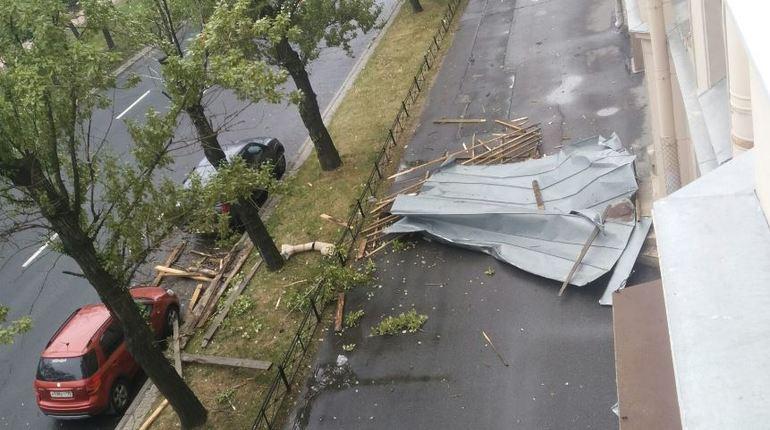 Петербургский ураган начал рвать крыши