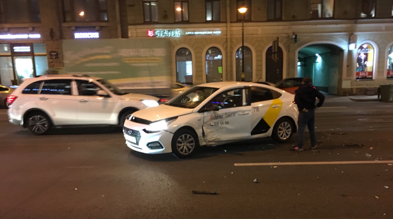 На Литейном иномарка протаранила такси
