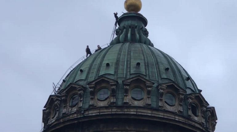 В понедельник утром, 30 июня, петербуржцы заметили движение на куполе Казанского собора. Трое неизвестных решили воспользоваться строительными лесами, которые были поставлены у здания.