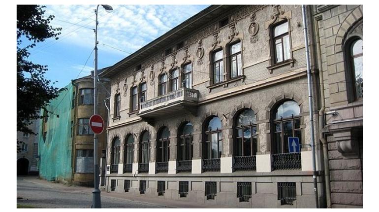Старинное здание с гаргульями в центре Выборга продается на сервисе бесплатных объявлений Avito за 129 млн рублей.