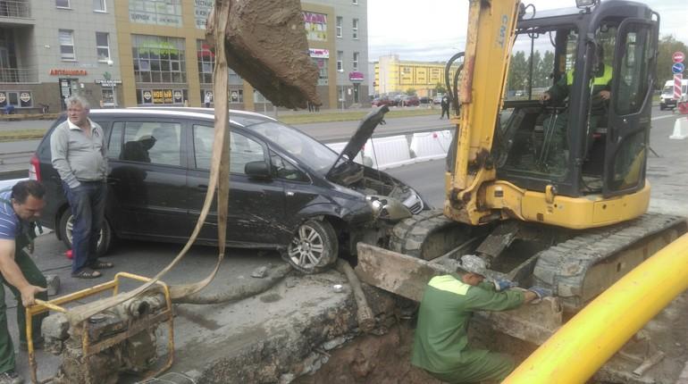 На Ветеранов водитель Opel влетел в экскаватор