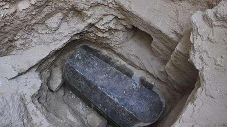 Археологи нашли в Александрии загадочный гранитный саркофаг. Он был погребен на глубине 5 м во время Птолемеевского периода, который продолжал
