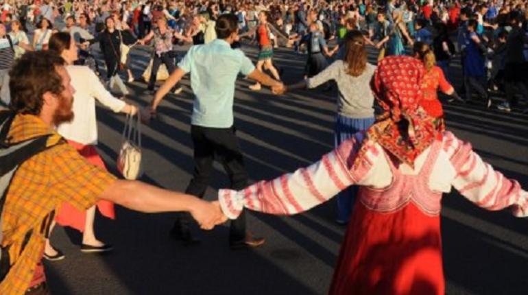 Тысячи болельщиков ЧМ закружатся в хороводе на Конюшенной