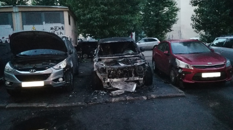 Пожар уничтожил три иномарки в центре Петербурга
