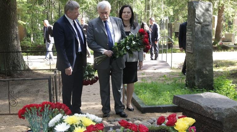 Полтавченко возложил цветы к могиле Даниила Гранина