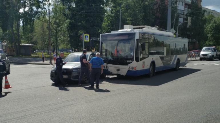 На пересечении Светлановского и Учительской «Ауди» остановила троллейбус