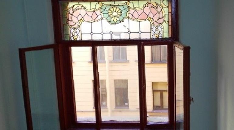 Управляющую компанию обязали восстановить витражи в доме Сагалова