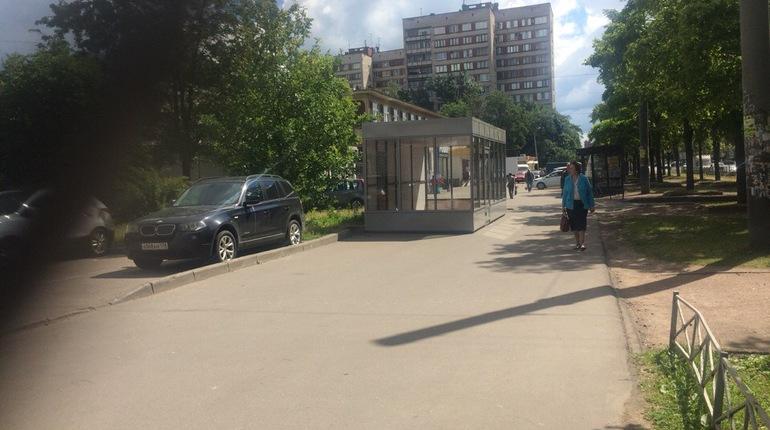 Торговый павильон захватил проезжую часть на проспекте Науки