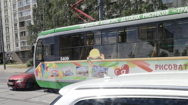 На Наличной автоледи на «БМВ» развернулась под трамвай