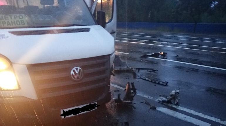 На Петергофском шоссе в ДТП попала маршрутка