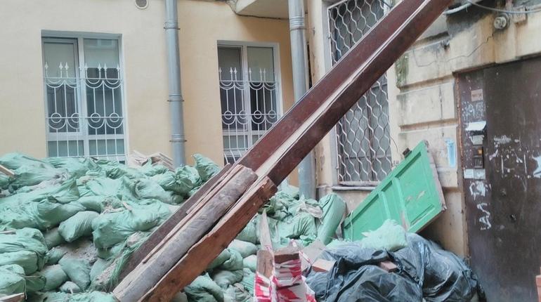 Двор в центре Петербурга завалили строительным мусором