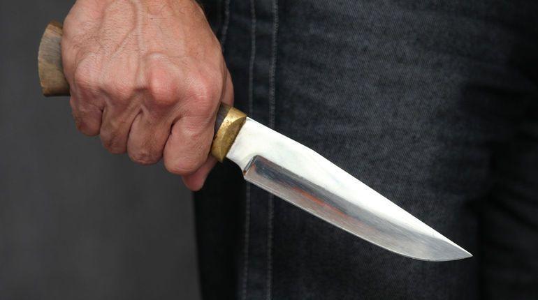 Петербурженка получила удар ножом, защищая книги в магазине