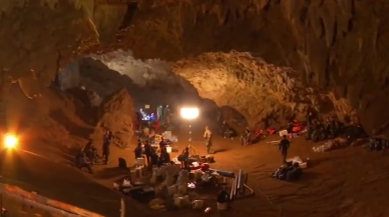 Дайвер-доброволец погиб во время спасения детей из пещеры в Таиланде