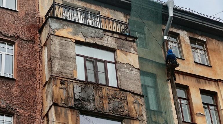 Жильцы дома на Зверинской выносят технику и мебель, дом затягивают сеткой