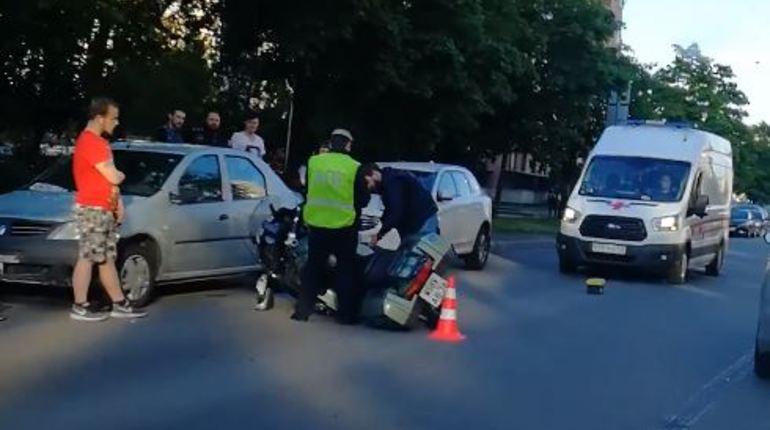 Скорая примчалась на Аэродромную после ДТП с мотоциклистом