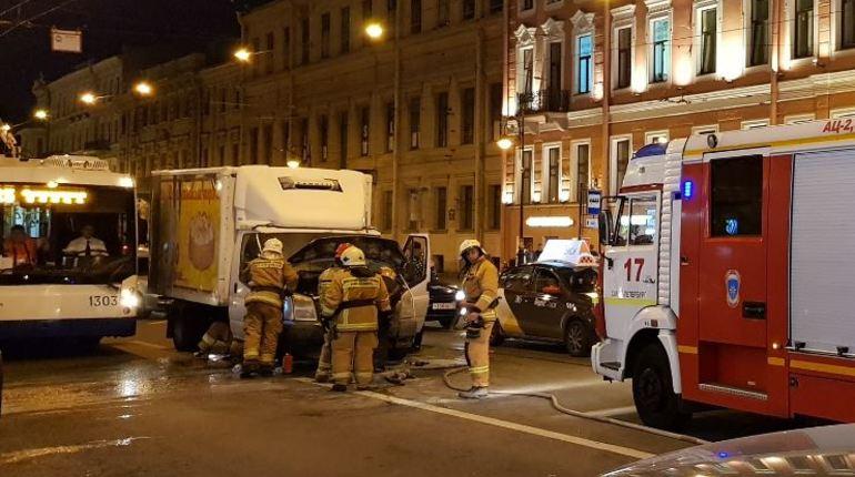 Ночью фургон «Ford» вспыхнул на перекрестке Литейного и Невского