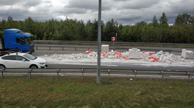 Выборгское шоссе засыпало блоками