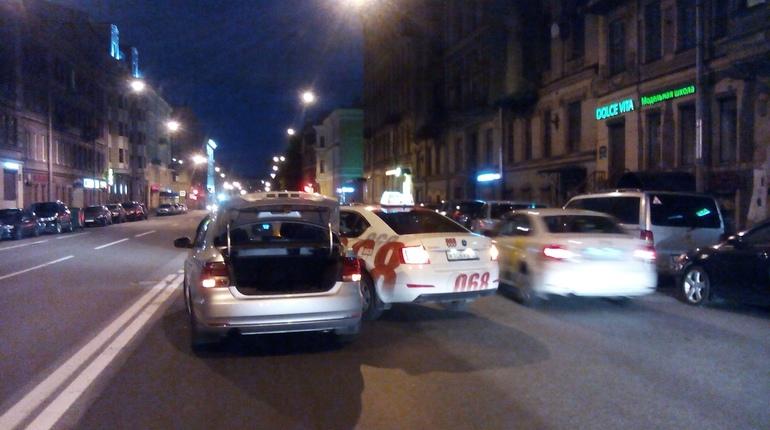 Авария с таксистом произошла на 2-ой Советской улице ночью в воскресенье, сообщают очевидцы в паблике