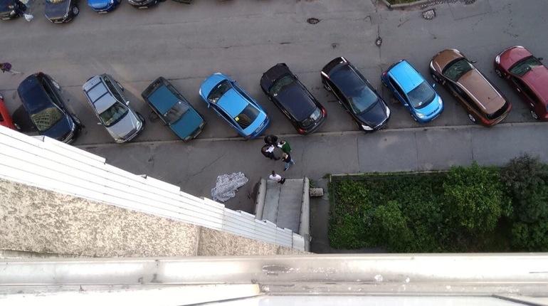 Мужчина выпал из окна на улице Тельмана