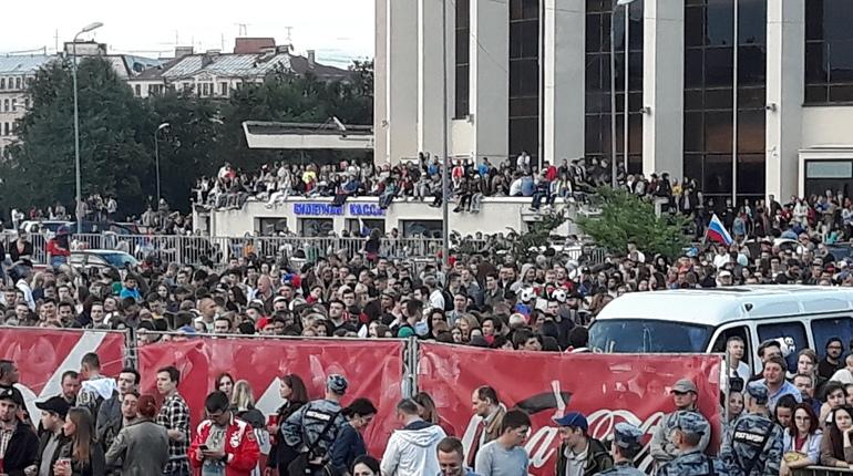 Футбольные фанаты покорили крышу кассы «Юбилейного»