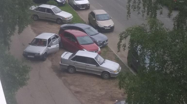 Виновник бросился бежать, устроив ДТП с припаркованными авто в Петербурге