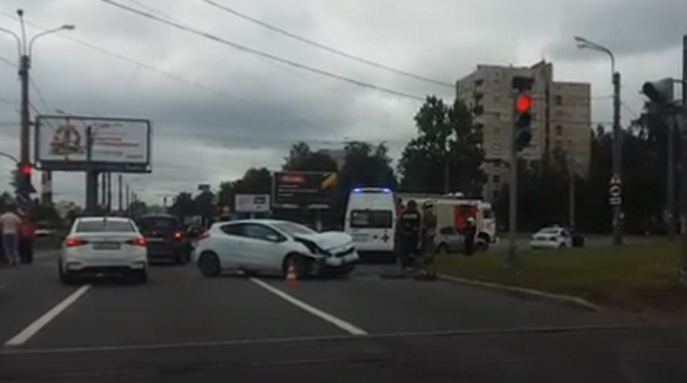 ДТП перекрыло улицу на севере Петербурга