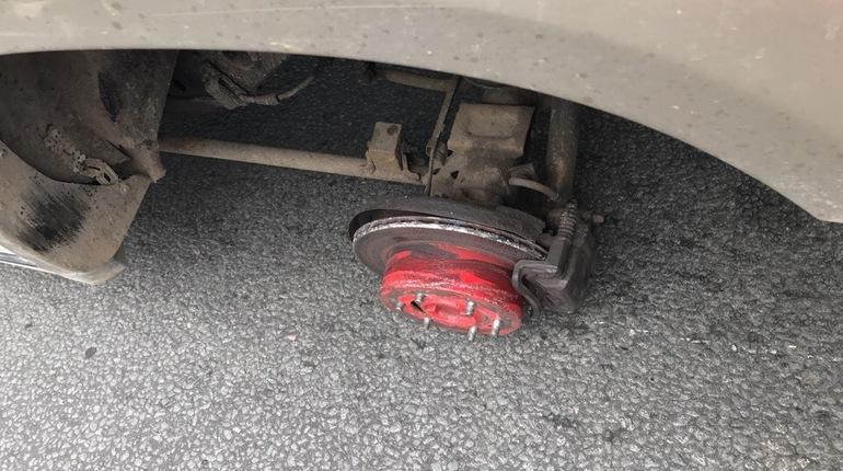 Оторвавшееся от машины колесо заскочило в петербургский магазин