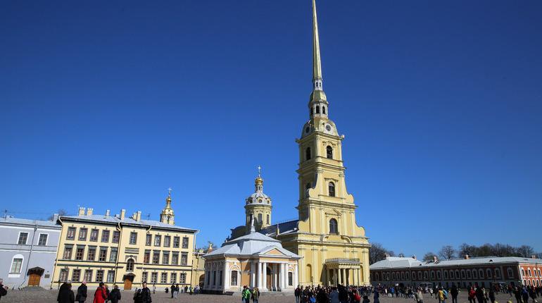 День семьи, любви и верности в Петербурге отметили вальсом молодоженов