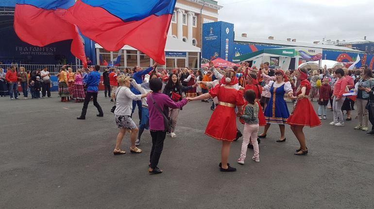 Болельщики водили хороводы на Конюшенной площади