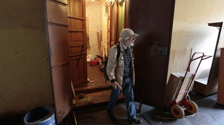 В Петербурге остановлены работы в доме № 20 по Зверинской улице, в котором произошло обрушение кирпичной кладки и появились трещины в несущей стене. Об этом сообщает Жилищный комитет 9 июля.