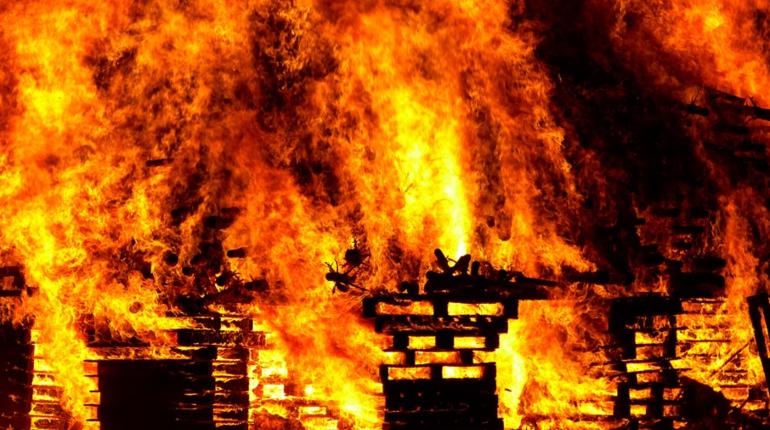 В Ленобласти спасатели МЧС боролись с пожаром в жилом доме