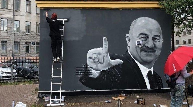 В Петербурге закрасили граффити с Черчесовым