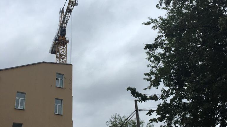 Петербуржцев напугал «танцующий» строительный кран на улице Одоевского