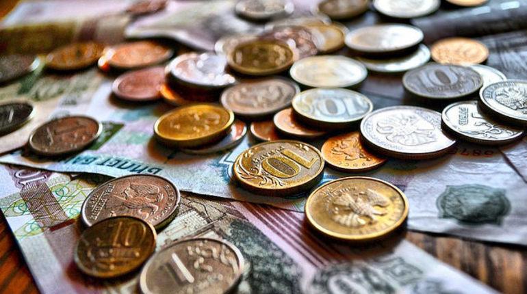 В Москве остановился рост зарплат в частных компаниях, а в Петербурге заработная плата сотрудников и вовсе сократилась, говорится в исследовании HeadHunter за первое полугодие этого года. При этом доходы бюджетников в обеих столицах растут.