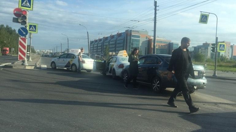 Проспект Большевиков перекрыло массовое ДТП с таксистами