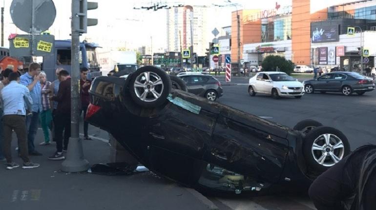 В Петербурге при ДТП перевернулась машина. Авария случилась на перекрестке Индустриального проспекта  и проспекта Энтузиастов.